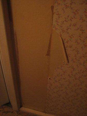 Hotel De La Poste : Papier déchiré de haut en bas !