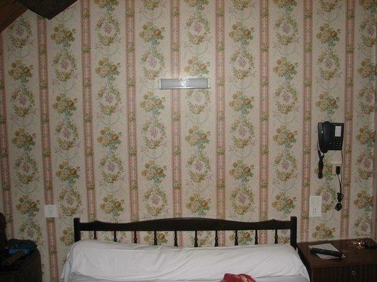 Hotel De La Poste : Pas d'éclairages individuels en tête de lit et lumière faible