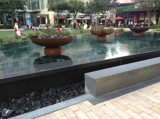 Hotel Sorella CITYCENTRE: Fountain in the City Centre plaza