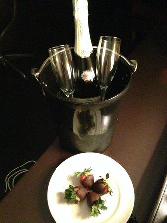 Hotel Sorella CITYCENTRE: Romance - champagne and strawberries!