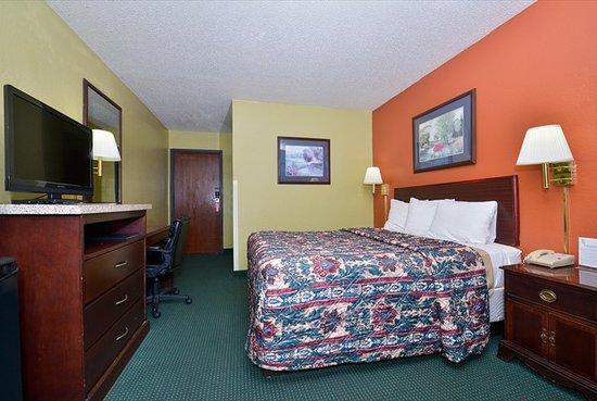 Super 8 Brunswick/St Simons Island Area: Queen Room View 1