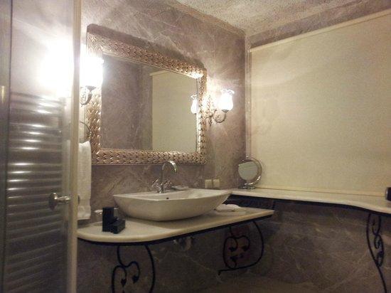 Museum Hotel: Bathroom