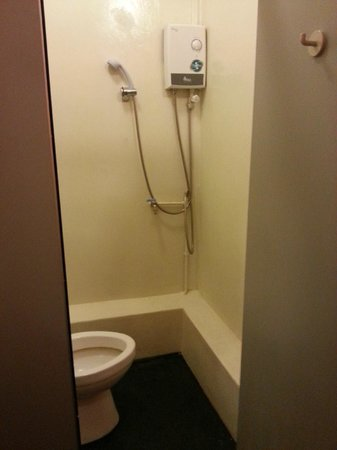 Plush Pods Hostel: Shower room in toilet
