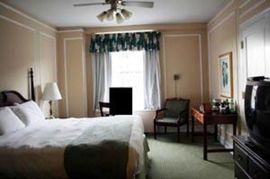 Arlington Resort Hotel & Spa : King Room - (I put the black square to hide my husband)