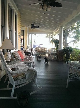 Hoyt House Bed and Breakfast: front porch