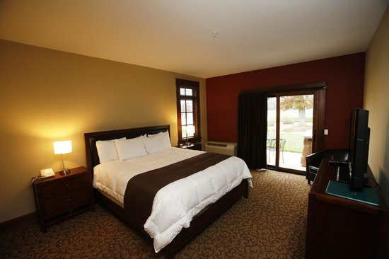 Lake AuSable Lodge at Forest Dunes Golf Club: Standard king room.