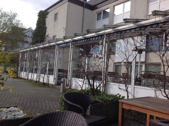 Rheinhotel 4 Jahreszeiten: Links ist der Parkplatz, aber der rechte Teil ist auch keine Augenweide
