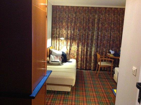 Rheinhotel 4 Jahreszeiten: Schmales Bett und gewöhnungsbedürfties Ambiente