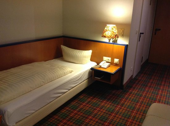Rheinhotel 4 Jahreszeiten: Das Bett ist auch für sehr schlanke Menschen zu schmal