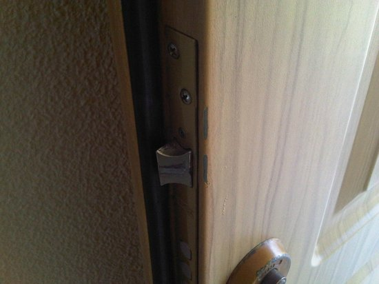 Apartamentos Don Gustavo: puerta forzada