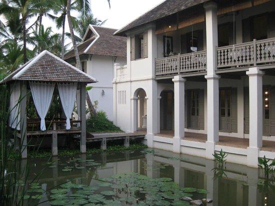 """Satri House : Blick auf den """"Innenhof"""", der eigentlich ein Seerosenteich ist"""