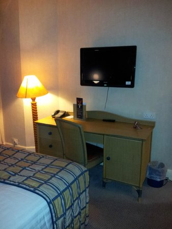 The Old Ship Hotel: Desk with TV