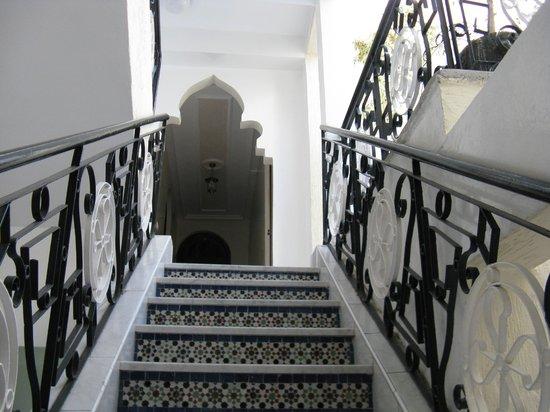 Hotel El Bahia : Montée d'escalier