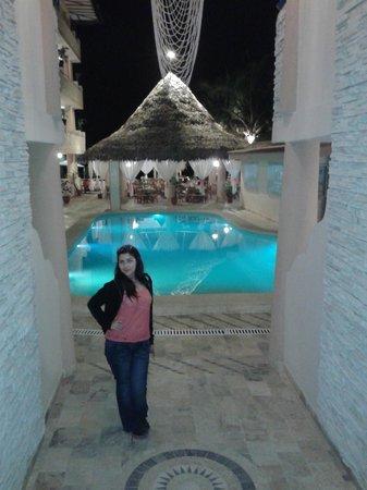 Mango de Costa Azul: Vista entrando al hotel de la piscina y al fondo el rastaurante