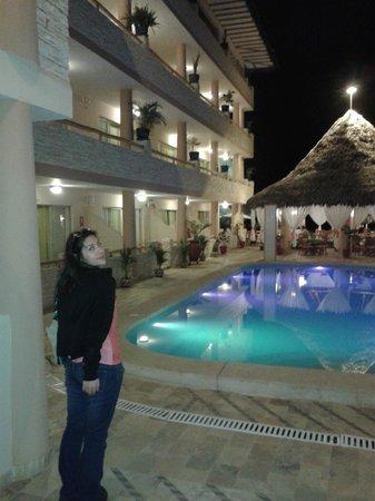 Mango de Costa Azul: Vista entrando al hotel, de las habitaciones y la piscina. En el fondo, el restaurante