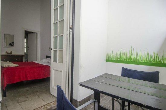 Ideal Social Hostel: Habitación con terraza y mesas