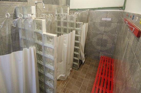 Ideal Social Hostel: Baños con ducha