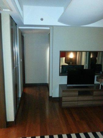 Legacy Suites Sukhumvit by Compass Hospitality : Bedroom to bathroom walk (on left)