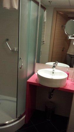 Cosmo City Hotel: Bagno Spazioso
