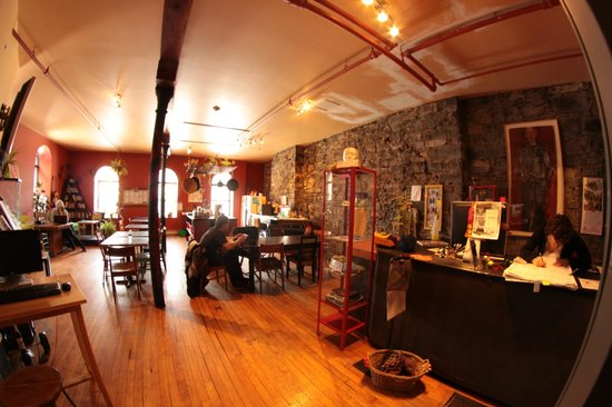 Alternative Hostel of Old Montreal : Réception/ Salle Commune/ Cuisine