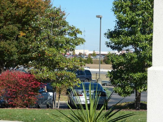 Fairfield Inn & Suites Nashville Smyrna: View from hotel parking lot - shopping across interstate