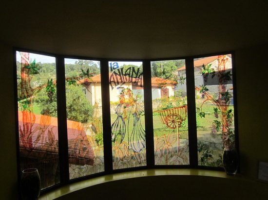 Posada La Anjana: Lovely stained glass on staircase