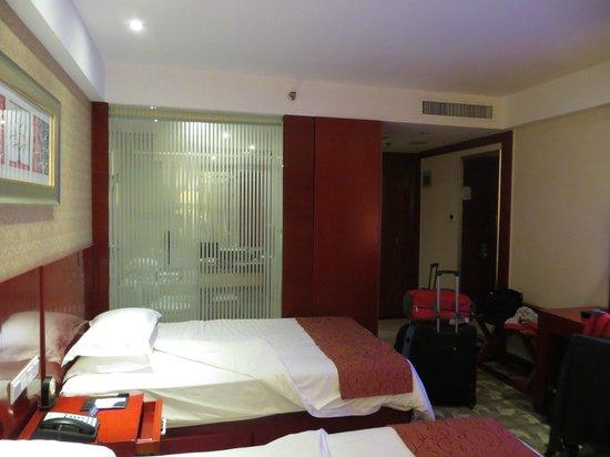 Luoyang Grand Hotel: стеклянная перегородка между комнатой и с/у
