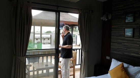 Rikka Inn: balcon privado que da a una gran terraza