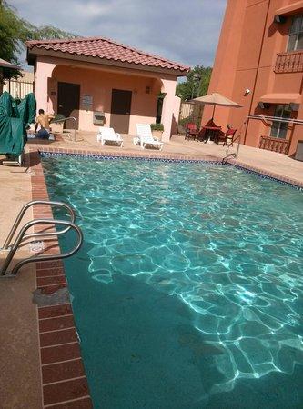 Baymont Inn & Suites Tempe Phoenix Airport: Very nice pool & jacuzzi