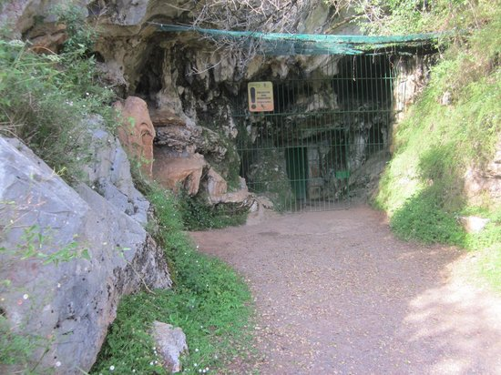 Puente Viesgo, Hiszpania: Entrance to cave before tour