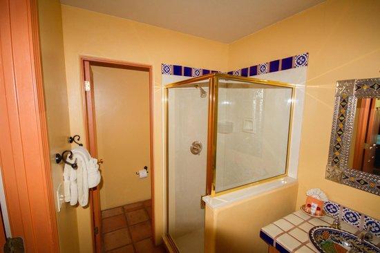 Adobe Hacienda Bed & Breakfast: Dusche und Weg zur Toilette