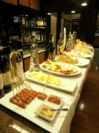 Best Western Hotel Madison : Drinks in bar come with appetizers at night