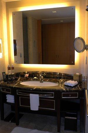 Shangri-La Hotel, Tokyo: Vanity Mirror