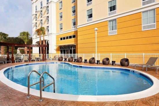 Hampton Inn & Suites - Orlando-North/Altamonte Springs: Outdoor Pool with Modern Lounge Furniture
