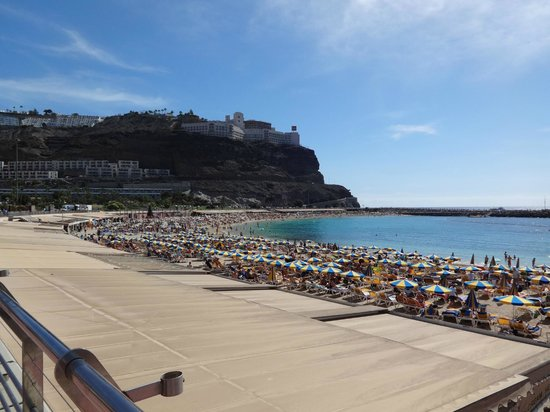 ClubHotel Riu Vistamar : Playa Amadores with hotel on the cliff top