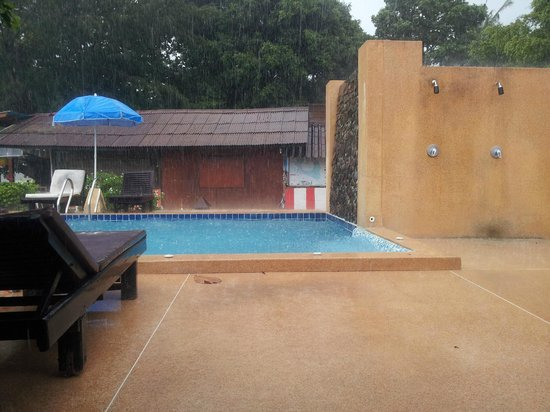 Central Cottage Resort: Rain