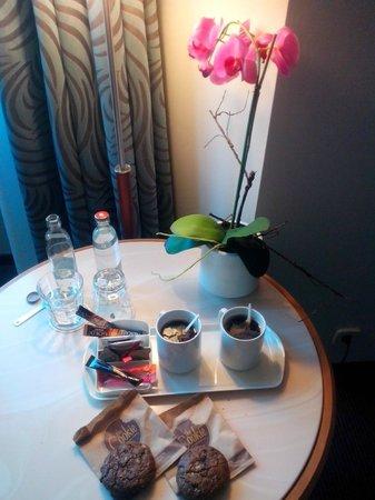 DoubleTree by Hilton Luxembourg: Café fait en chambre grâce à la bouilloire mise à disposition et des dosettes de café