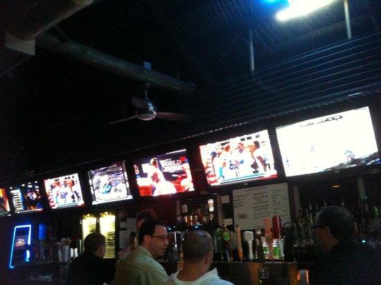Upper Deck Ale & Sports Grille : Abends auf der Terrasse