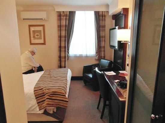 Thistle London Heathrow Hotel: Smallish room