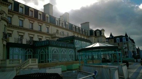 Le Grand Hotel des Thermes Marins de St-Malo : les pieds dans l eau