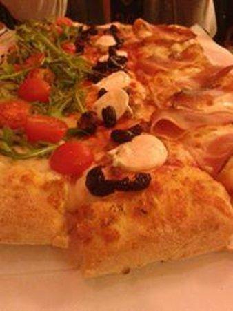 Pizzeria La Romantica Centro: Mezzo metro di pizza a tre gusti!