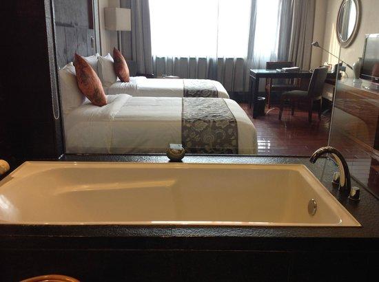 Worldhotel Grand Dushulake Suzhou : Bath and room