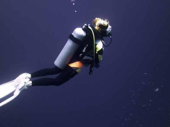 Sinai Divers Dahab : Sonya outside the Blue Hole in her wet suit of many colours
