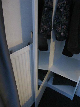 Hotel Vossius Vondelpark: wardrpobe door meets radiator