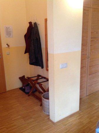 Hotel Hofgut Imsbach: Eingangsbereich Zimmer - abgenutzte Wände