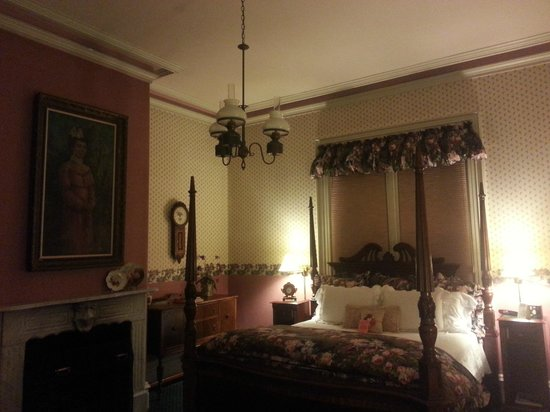 The Gables Wine Country Inn: Parlor Room
