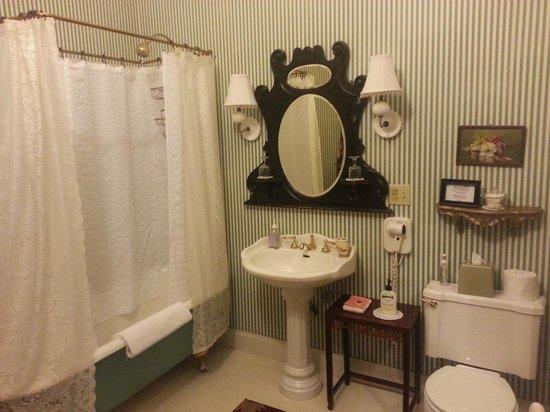 The Gables Wine Country Inn: Bathroom