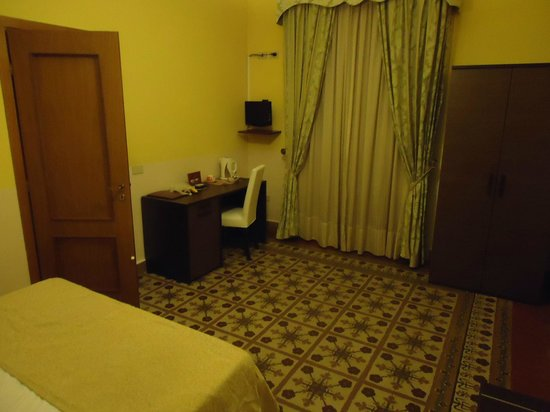 Hotel Tonic: Single room with large twin bed