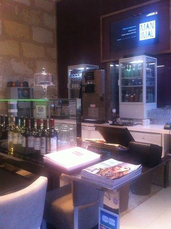 odouze : le bar avec sa sélection de vin d'ici et d'ailleurs