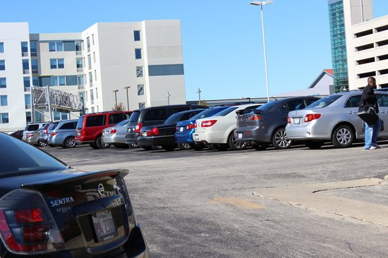 Crowne Plaza Chicago O'Hare: estacionamento amplo